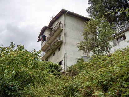 Edificio desde el que ha caído el bebé de 20 meses fallecido en Güeñes (Bizkaia).