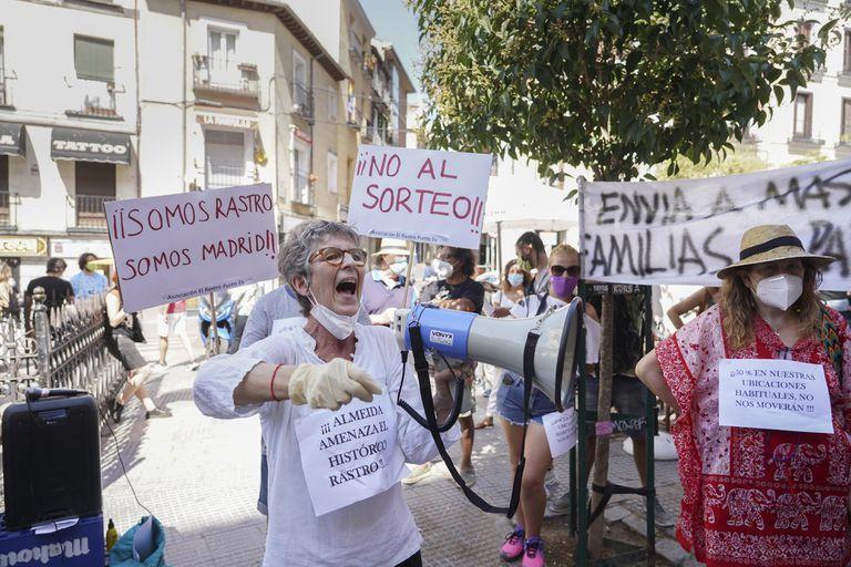 Comerciantes ambulantes del Rastro protestan en la plaza de Cascorro el pasado mes de julio