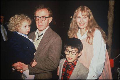 Woody Allen y Mia Farrow junto a dos de sus hijos, Dylan y Moses.