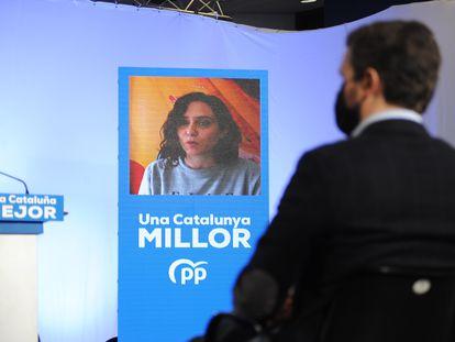 Pablo Casado atiende a una intervención telemática de Isabel Díaz Ayuso.