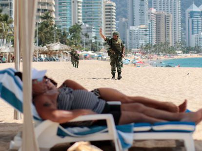 Militares patrullan una playa de Acapulco.