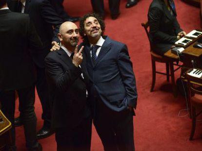 Andrea Cioffi (derecha) y Stefano Lucidi, senadores del Movimiento 5 Estrellas, posan en la apertura de la legislatura.