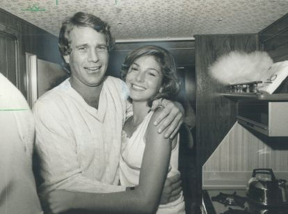 El actor Ryan O'Neal sorprende a su hija Tatum, entonces de 16 años, en el set de grabación de la película 'Círculo de dos', que Tatum rodaba en Canadá. Tras esta estampa cálida y familiar se escondía una mala relación que ya había empezado años atrás.