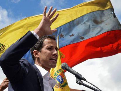 Guaidó se dirige a sus partidarios este miércoles en Caracas. En vídeo, Estados Unidos, Brasil y Argentina, entre otros, respaldan a Guaidó.