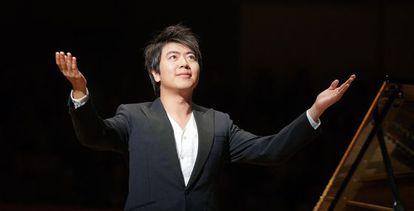 Lang Lang saluda al público tras su actuación en el Palau de la Música de Valencia.