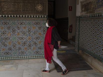 Isabel Rodríguez, directora del Real Alcázar de Sevilla, pasea ante algunos de los alicatados del siglo XIV en el Palacio Mudéjar, que se restaurarán dentro de un proyecto integral.