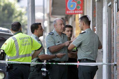 Varios agentes, frente al local en el que los atracadores horadaban un butrón.