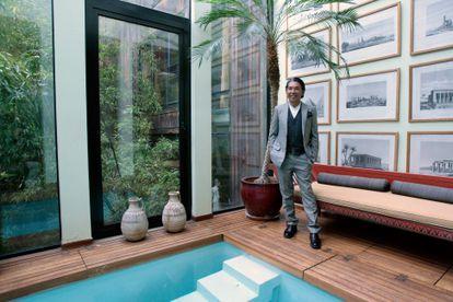 La piscina interior de la casa de Kenzo Takada en su 'loft' de París, en 2004.