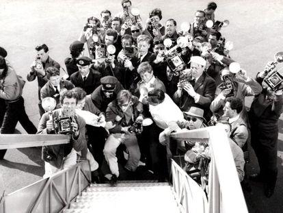 El autor de esta fotografía es desconocido. Pero tuvo la virtud de, en un fogonazo, cazar a sus colegas cazaimágenes. La instantánea fue tomada desde la puerta del avión que conducía a la exuberante y deseada (por los paparazis, pero no solo) actriz sueca Anita Ekberg a Roma. Corría el verano de 1959.