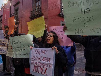 Extrabajadores de Notimex se manifiesta en Ciudad de México en julio.