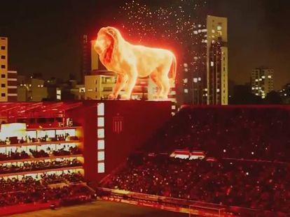 En vídeo, simulación en tres dimensiones que muestra al león sobre las gradas.