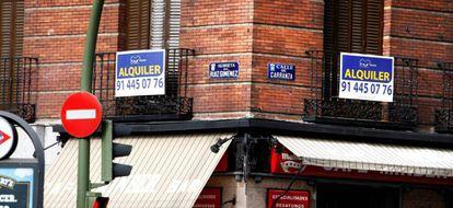 Cartel de alquiler de una vivienda en Madrid, en una imagen de archivo.
