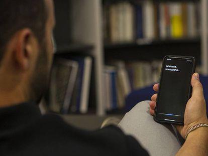 Un usuario realiza una consulta a Siri desde un iPhone.