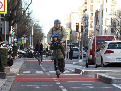 Carril bici en la calle de Santa Engracia.