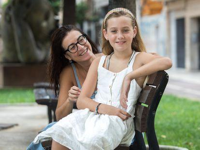Cloe, una niña transexual de 10 años, con su madre Carolina en la plaza de las Aulas de Castellón el pasado jueves.