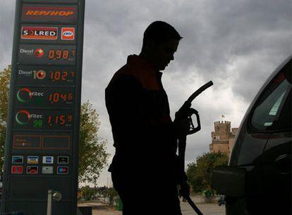Un empleado de una gasolinera en la provincia de Madrid.