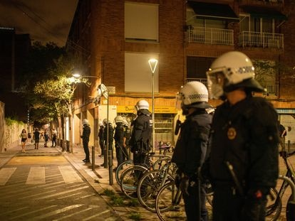 Agentes de la Guardia Urbana de Barcelona mantienen su formación para controlar aglomeraciones durante las fiestas del barrio de Gràcia.