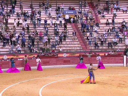 Rafaelillo responde a la ovación que le dedicó el público al inicio del festejo.