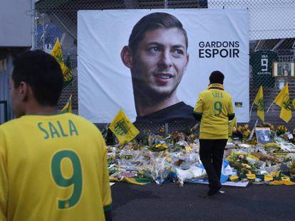 Aficionados del Nantes y su homenaje a Sala. En vídeo, recuperan un cuerpo de la avioneta en la que viajaba el jugador.