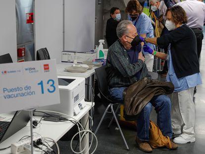 El Wizink Center de Madrid comenzó ayer como nuevo punto de vacunación contra la covid-19 con la vacuna de AstraZeneca.