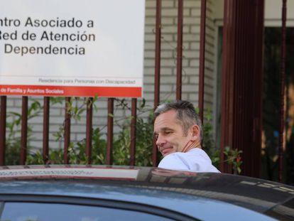 Iñanki Urdangarin, tras realizar el voluntariado en Hogar Orione de Pozuelo de Alarcón, este jueves. En vídeo, la Fiscalía recurre el permiso judicial a Iñaki Urdangarín.
