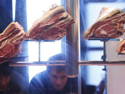 Chuletones expuestos en una feria de gastronomía.