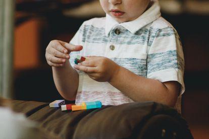 Con concienciación, recursos, formación, participación y una actitud comunitaria abierta, tal vez, la próxima vez que un niño con autismo llore desconsolado, alguien pueda decir si le está dando una apendicitis o quiere agua.