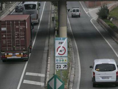 La capital del país y la catalana estrenan normativas este año que afectan a miles de vehículos, sobre todo a los que no cuentan con distintivo ambiental