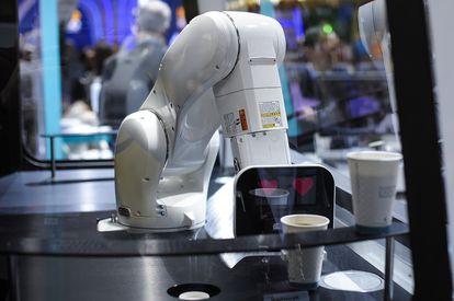 Un robot sirve un café durante la edición 2019 del Mobile World Congress