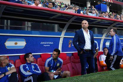 Scaloni,  sentado a un lado de Sampaoli, durante el Mundial de Rusia 2018.