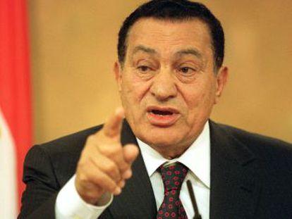 Depuesto por la revolución de 2011, el exdictador que gobernó Egipto durante tres décadas marcadas por la represión y la corrupción fallece a los 91 años en un hospital castrense de El Cairo