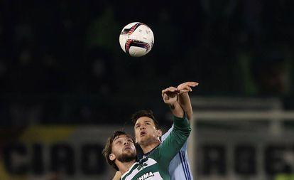 Radoja y Rinaldi disputan un balón por alto.