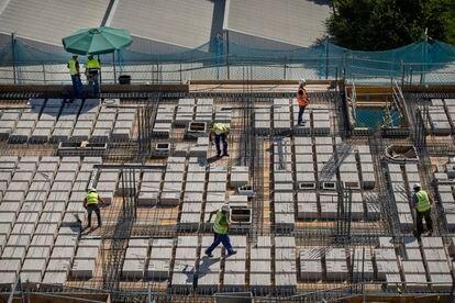 Varios trabajadores se encuentran trabajando en una obra en construcción en Sevilla este jueves.