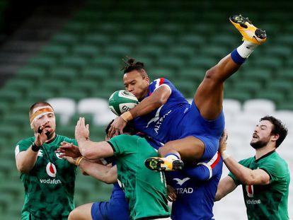 Teddy Thomas intenta hacerse con el balón entre varios jugadores irlandeses. / (REUTERS)