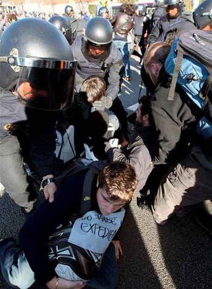 Los Mossos d'Esquadra desalojan a los estudiantes que han cortado la Diagonal de Barcelona, una de las principales arterias de la ciudad