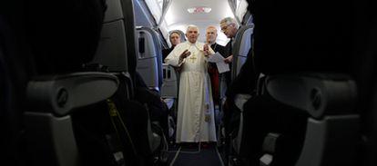 El Papa Benedicto XVI se dirige a los periodistas durante su vuelo entre Roma y Santiago de Compostela.