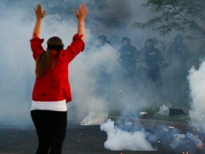 La policía dispara cartuchos de gas contra los manifestantes en la ciudad de Minneapolis, EE UU, el pasado 30 de mayo.