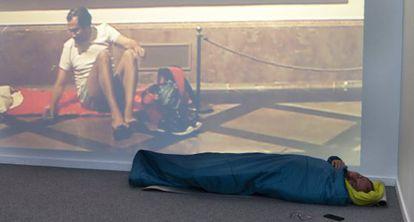 Eugenio Ampudia duerme con su obra 'Donde dormir 1', expuesta en el MAC.