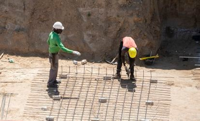 Dos inmigrantes trabajan en una construcción en Madrid, en julio de 2021.