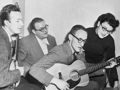 The Weavers, en un ensayo en un hotel de Filadelfia en 1952. De izquierda a derecha: Pete Seeger, Lee Hayes, Fred Halterman y Ronnie Gilbert