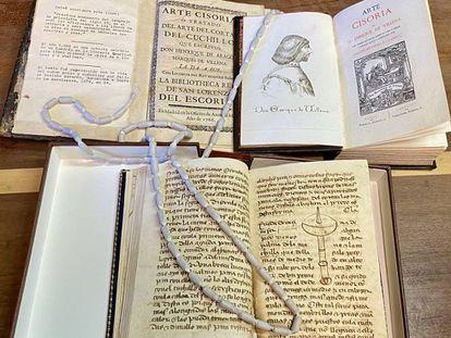 Códice original del Arte Cisoria (abajo) y primera y segunda edición de la obra juntas. J.C. CAPEL