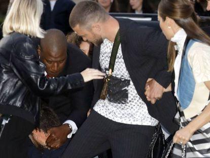 El placaje de un fan a Justin Timberlake en la Semana de la Moda de París