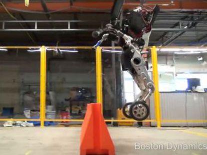 El autómata, construido por una compañía de la misma matriz, salta 1,2 metros sobre dos patas