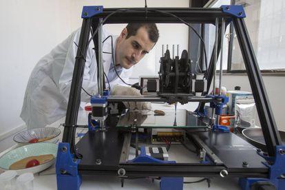 Giuseppe Scionti  creador de la impresora 3D, imprimiendo un 'filete'.