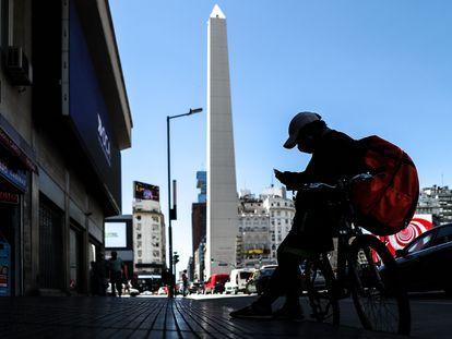 Un repartidor, en febrero, en una de las grandes arterias de Buenos Aires.