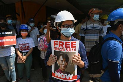 Una manifestante pide la liberación de Suu Kyi en Yangón, el 7 de marzo.