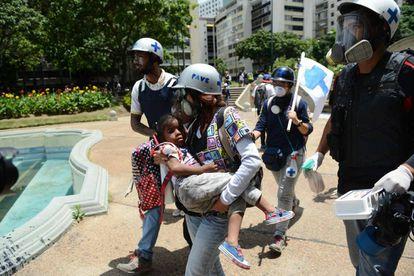 Una nila, alcanzada por el gas lacrimógeno en las protestas de Venezuela.