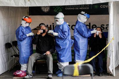 Personal sanitario realiza pruebas contra el coronavirus en Ciudad de México, el pasado 6 de noviembre.