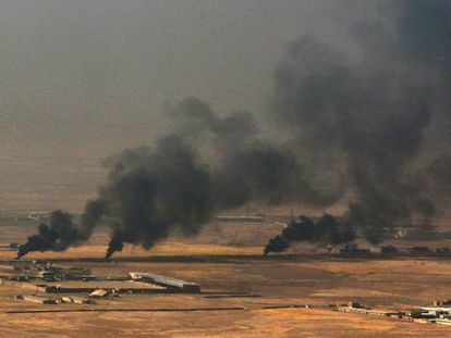 Humo sobre la ciudad de Nínive, cerca de Mosul, este lunes.