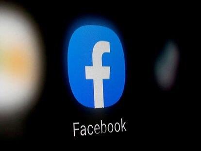 El logo de Facebook destaca en un móvil.